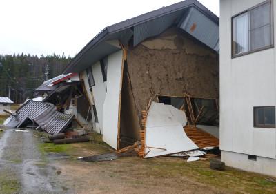 1.三日市場付近の被害状況 家屋の被害は神城盆地南東部の「三日市場」、「堀之内」集落付近に集中する。この地区では地表地震断層の東側に位置し、半壊~全壊家屋が多く認められる