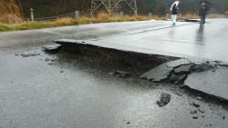 6.道路の被害状況 断層横断部には激しい圧縮変形が認められる