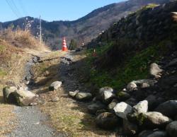 7.農道に認められる撓曲変形(地表地震断層) 地元の方の話では元々、緩やかなスロープ部だったということであるが、地震後は隆起によって車が決して通過できない状況となっている。